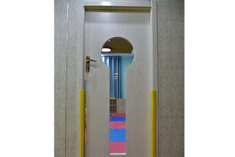 教室门防夹手设计